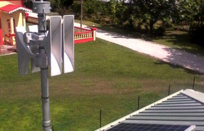 Instalación de una sirena de alerta de tsunamis por parte de Telegrafia en la isla de Maiao, Océano Pacífico