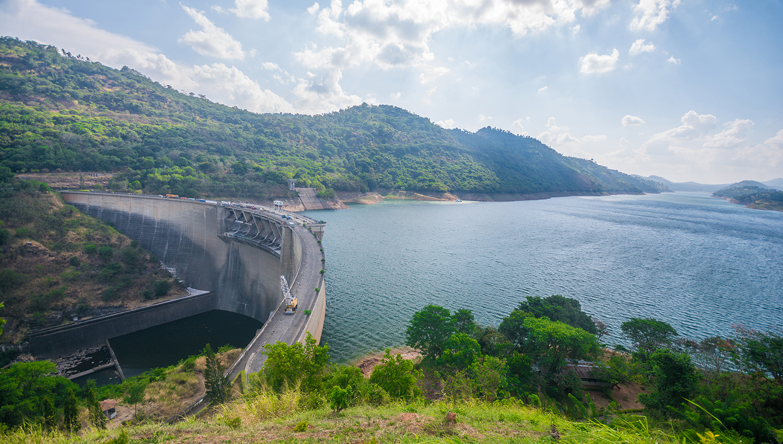 ¿Cuáles son las causas más comunes de fallos en las centrales hidroeléctricas?